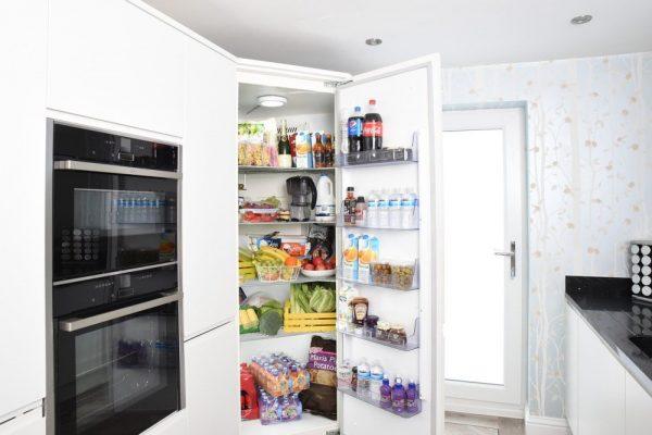 pun-frižider-otvorena-vrata-kuhinja